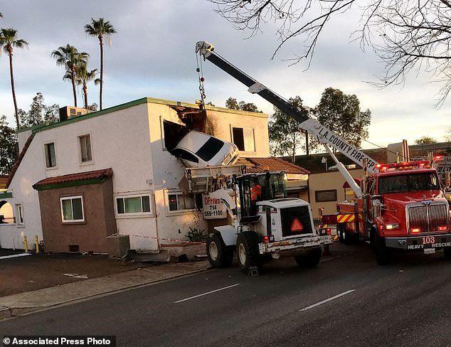 Hi hữu ô tô mất lái lao thẳng lên tầng 2 căn nhà tại Mỹ - Ảnh 1.