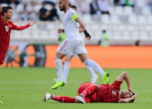 Đức Huy mất trí nhớ tạm thời sau pha va chạm với cầu thủ Iran - Ảnh 2.