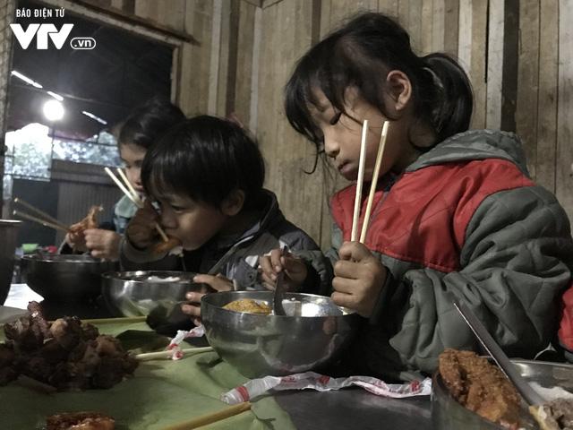 Ảnh: Bữa tất niên ấm cúng ở nơi thầy cô cõng 2 tấn gạo nuôi trò - Ảnh 14.