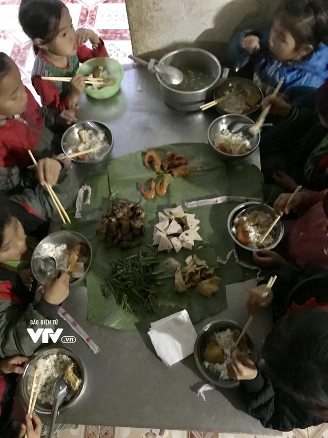 Ảnh: Bữa tất niên ấm cúng ở nơi thầy cô cõng 2 tấn gạo nuôi trò - Ảnh 12.