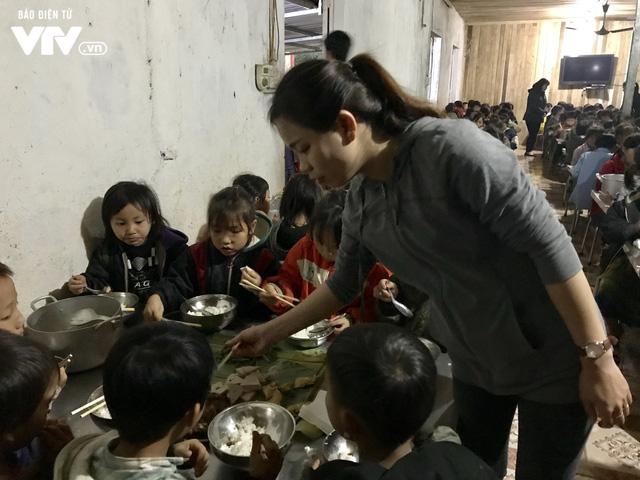 Ảnh: Bữa tất niên ấm cúng ở nơi thầy cô cõng 2 tấn gạo nuôi trò - Ảnh 11.