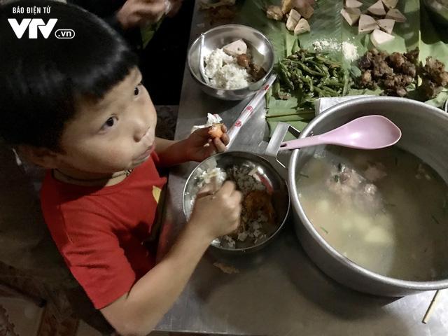 Ảnh: Bữa tất niên ấm cúng ở nơi thầy cô cõng 2 tấn gạo nuôi trò - Ảnh 10.