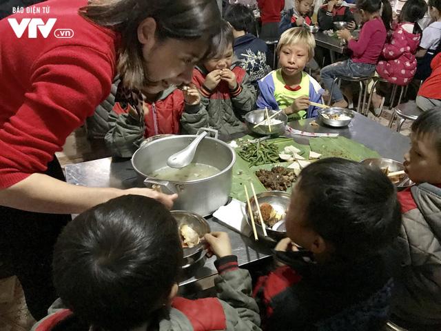 Ảnh: Bữa tất niên ấm cúng ở nơi thầy cô cõng 2 tấn gạo nuôi trò - Ảnh 9.