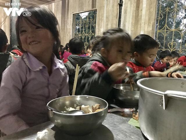 Ảnh: Bữa tất niên ấm cúng ở nơi thầy cô cõng 2 tấn gạo nuôi trò - Ảnh 8.