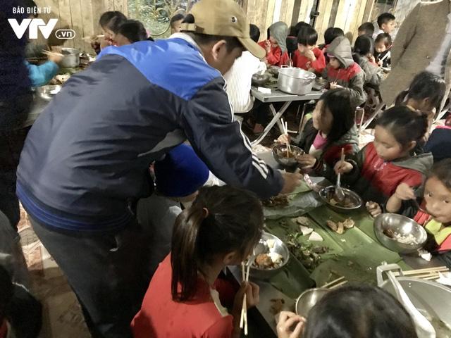 Ảnh: Bữa tất niên ấm cúng ở nơi thầy cô cõng 2 tấn gạo nuôi trò - Ảnh 7.