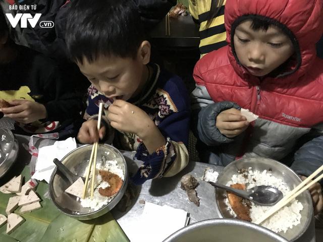 Ảnh: Bữa tất niên ấm cúng ở nơi thầy cô cõng 2 tấn gạo nuôi trò - Ảnh 5.