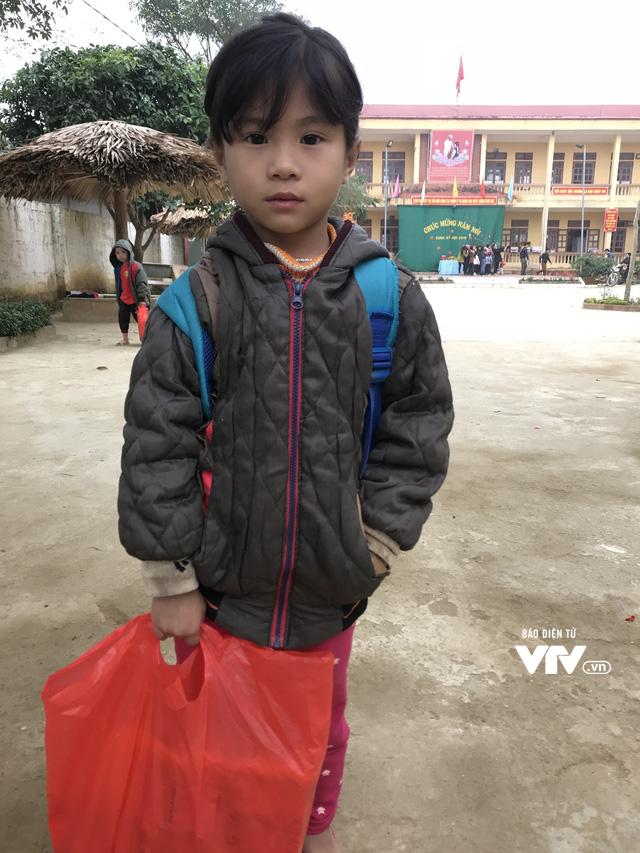 Ảnh: Bữa tất niên ấm cúng ở nơi thầy cô cõng 2 tấn gạo nuôi trò - Ảnh 4.