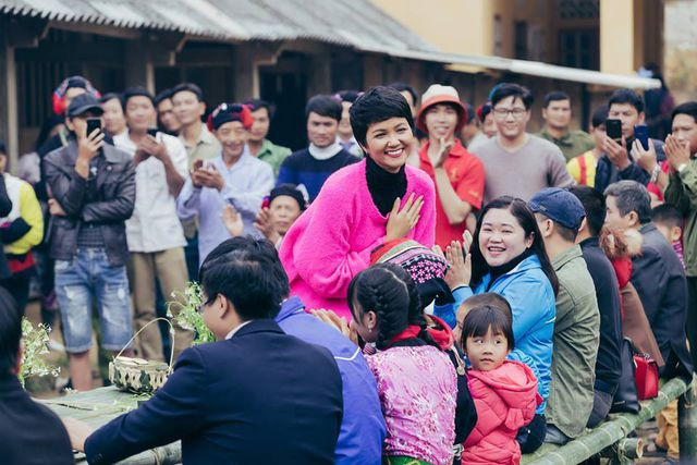Hoa hậu H'Hen Niê mang Tết sẻ chia đến với trẻ em vùng cao - Ảnh 1.