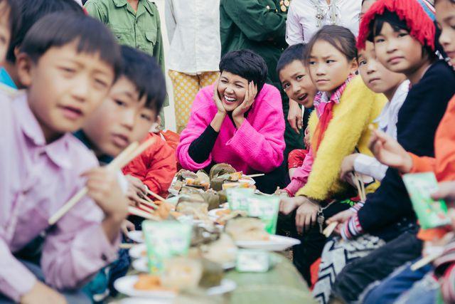Hoa hậu H'Hen Niê mang Tết sẻ chia đến với trẻ em vùng cao - Ảnh 2.