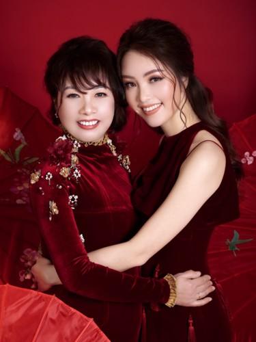 Á hậu Thụy Vân và mẹ trẻ trung như hai chị em trong bộ ảnh Tết - Ảnh 1.