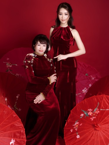 Á hậu Thụy Vân và mẹ trẻ trung như hai chị em trong bộ ảnh Tết - Ảnh 2.