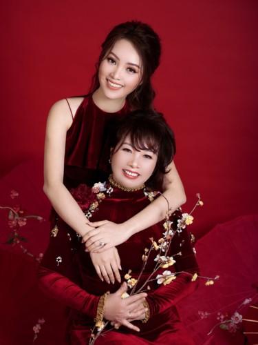 Á hậu Thụy Vân và mẹ trẻ trung như hai chị em trong bộ ảnh Tết - Ảnh 4.