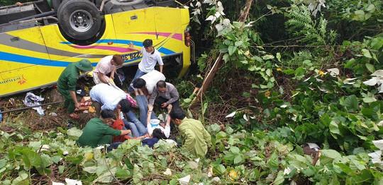 Xe khách chở sinh viên và giáo viên lao xuống vực ở đèo Hải Vân, 1 người tử vong - ảnh 1