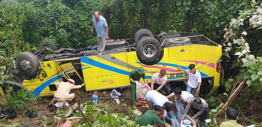 Xe khách chở sinh viên và giáo viên lao xuống vực ở đèo Hải Vân, 1 người tử vong - ảnh 2