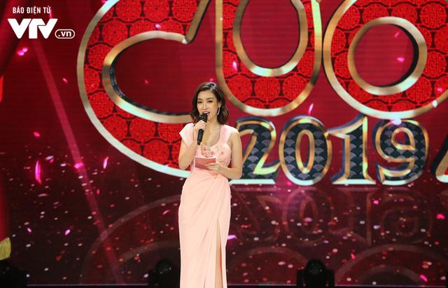 Hoa hậu Đỗ Mỹ Linh lần đầu xuất hiện ở Gala cười 2019 - Ảnh 1.
