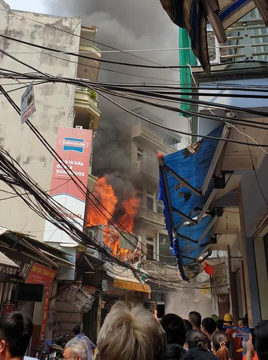Cháy lớn tại quán tạp hóa trên phố Mễ Trì Thượng, Hà Nội - ảnh 1