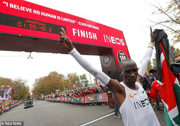 VĐV Eliud Kipchoge trở thành người đầu tiên chinh phục đường đua marathon dưới 2 giờ - Ảnh 3.