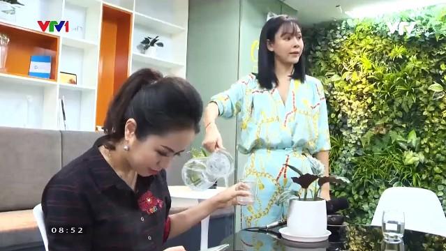 Diễm Hương diễn lại màn rót nước sôi lên tay BTV Kim Ngân - Ảnh 3.