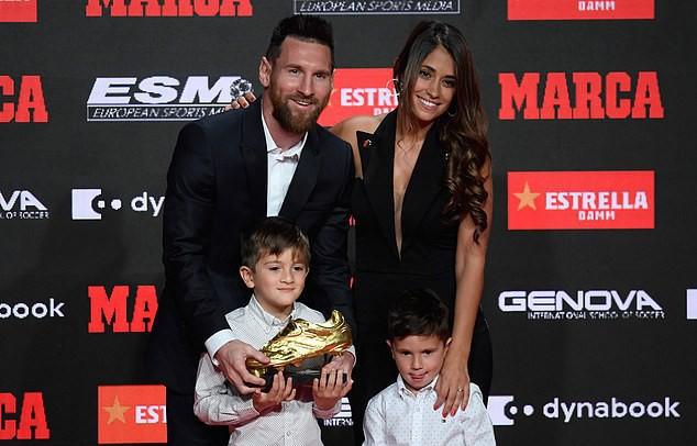 Messi nhận danh hiệu Chiếc giày vàng châu Âu lần thứ 6 - Ảnh 1.