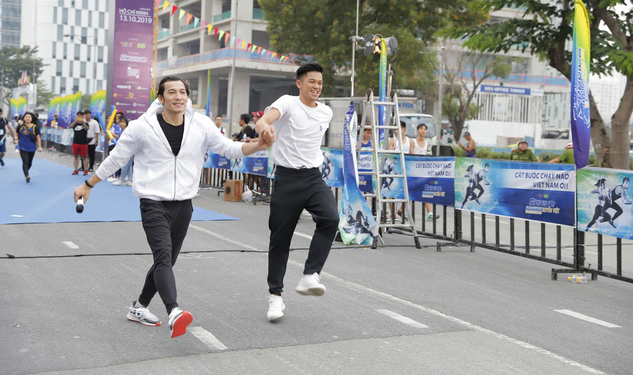 Vừa trở về từ LHP Busan, Quốc Anh bị chị đẹp Mlee rủ rê chạy marathon - Ảnh 5.