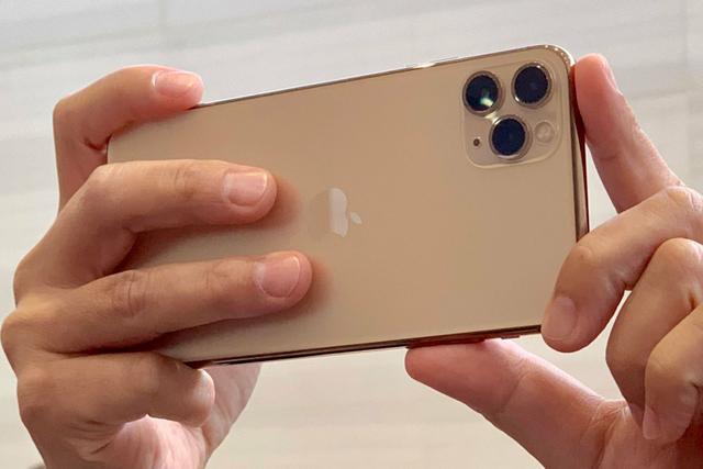 Đắt hơn 3 triệu đồng, iPhone 11 Pro Max chính hãng vẫn bán chạy - Ảnh 1.