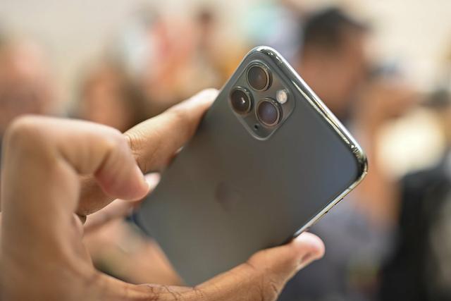 Đắt hơn 3 triệu đồng, iPhone 11 Pro Max chính hãng vẫn bán chạy - Ảnh 2.
