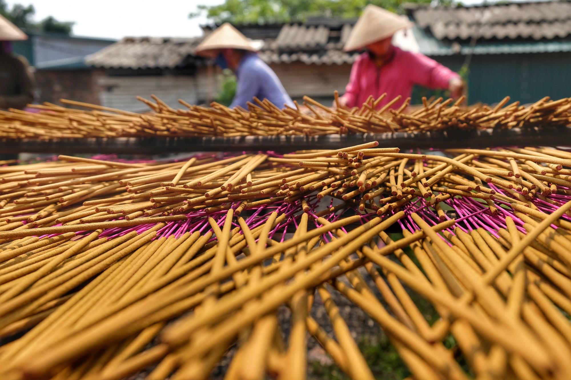 Về làng tăm hương Quảng Phú Cầu ngắm những đóa hoa đỏ rực dưới nắng thu - Ảnh 3.