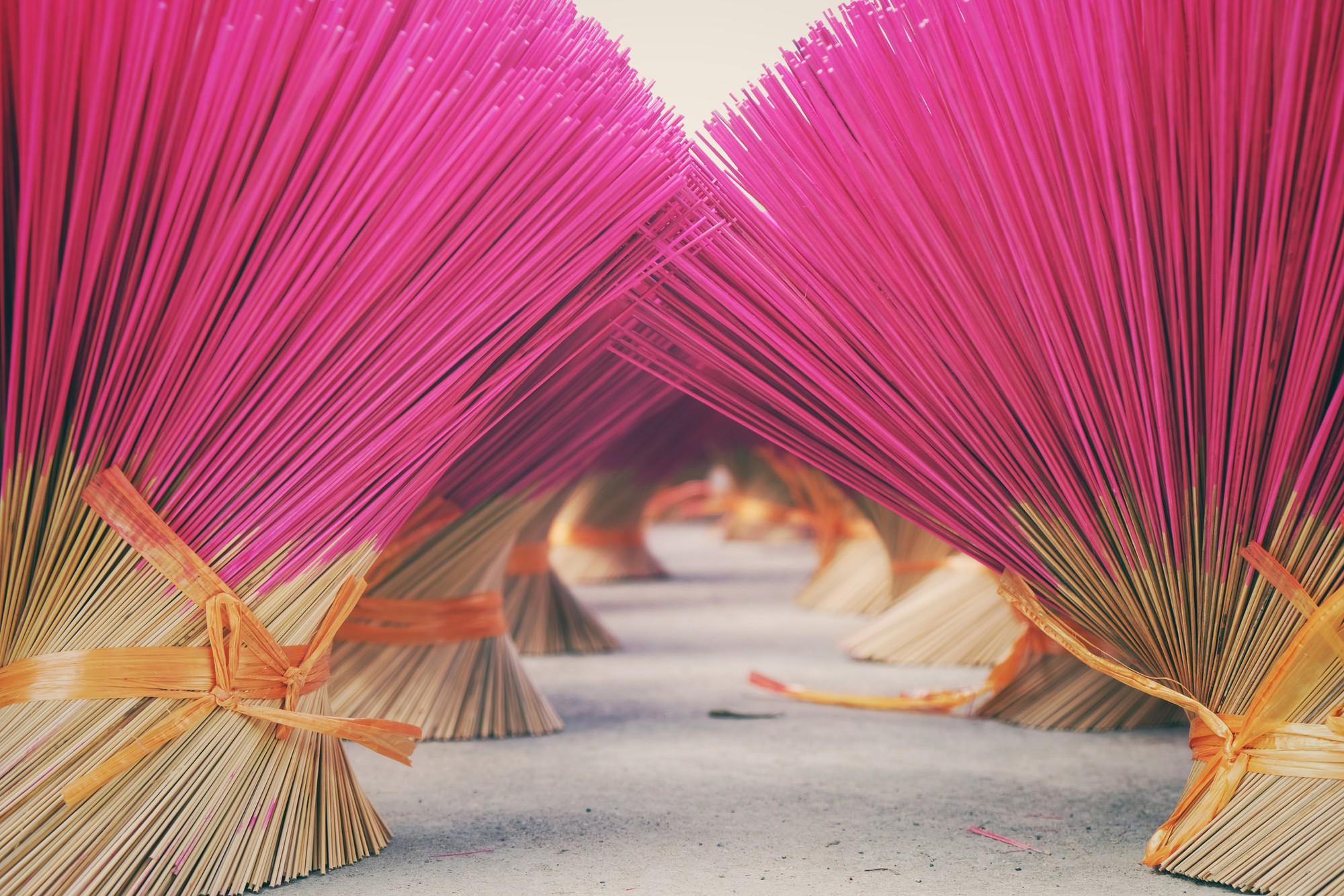 Về làng tăm hương Quảng Phú Cầu ngắm những đóa hoa đỏ rực dưới nắng thu - Ảnh 7.