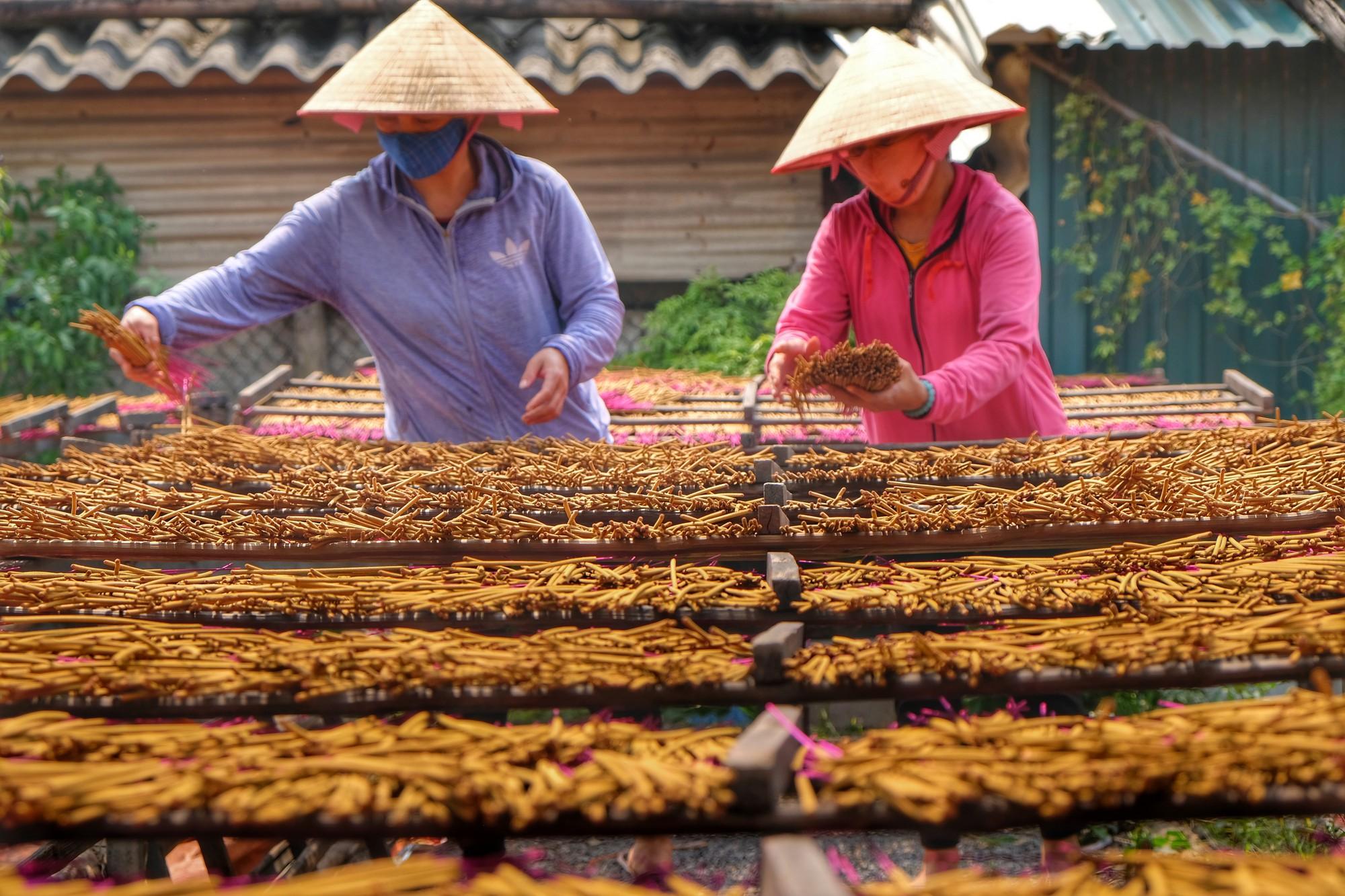 Về làng tăm hương Quảng Phú Cầu ngắm những đóa hoa đỏ rực dưới nắng thu - Ảnh 12.