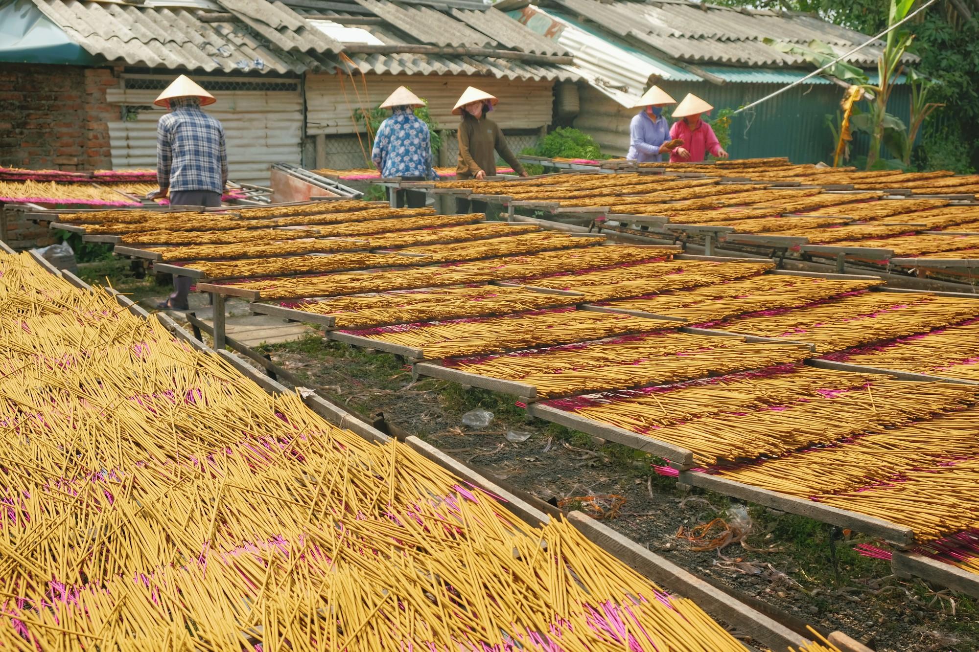 Về làng tăm hương Quảng Phú Cầu ngắm những đóa hoa đỏ rực dưới nắng thu - Ảnh 11.
