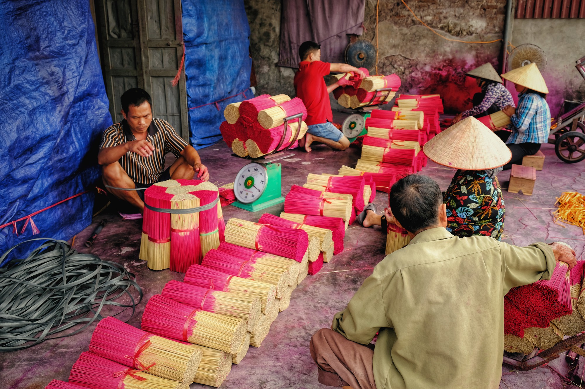 Về làng tăm hương Quảng Phú Cầu ngắm những đóa hoa đỏ rực dưới nắng thu - Ảnh 13.