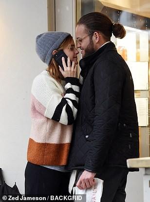 Emma Watson bất ngờ hôn trai lạ ngay giữa phố - Ảnh 1.