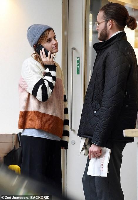 Emma Watson bất ngờ hôn trai lạ ngay giữa phố - Ảnh 3.