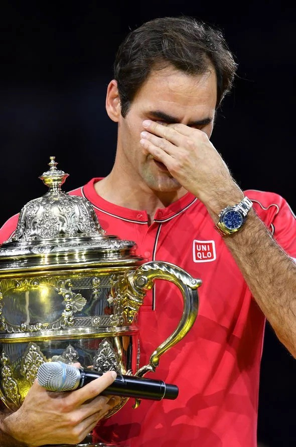 Roger Federer xúc động khi nhận chức vô địch Basel mở rộng lần thứ 10 - Ảnh 2.