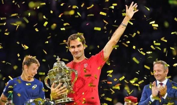Roger Federer xúc động khi nhận chức vô địch Basel mở rộng lần thứ 10 - Ảnh 1.