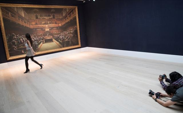 Giá kỷ lục cho bức tranh sơn dầu của danh họa Banksy - Ảnh 1.