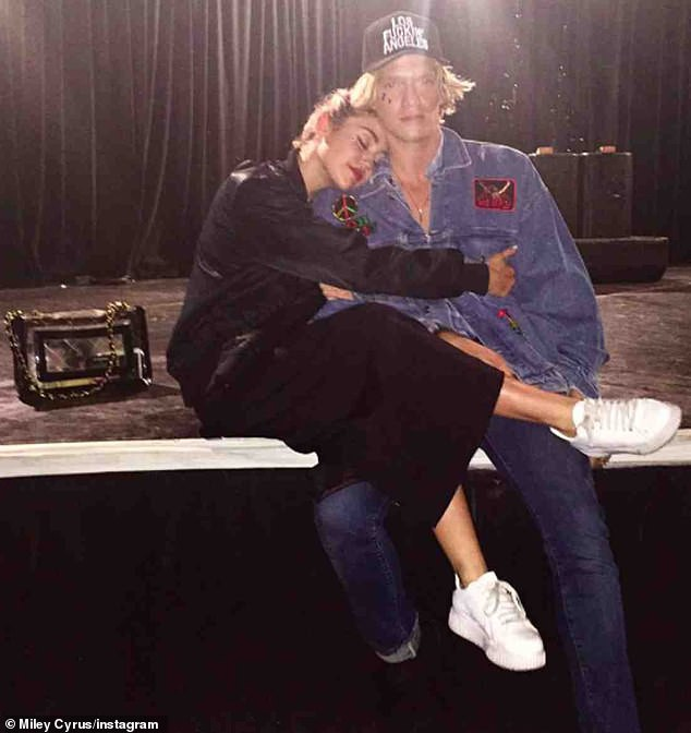 Xác nhận yêu bạn thân kém 5 tuổi, Miley Cyrus lần đầu lên tiếng đáp trả dư luận - Ảnh 1.