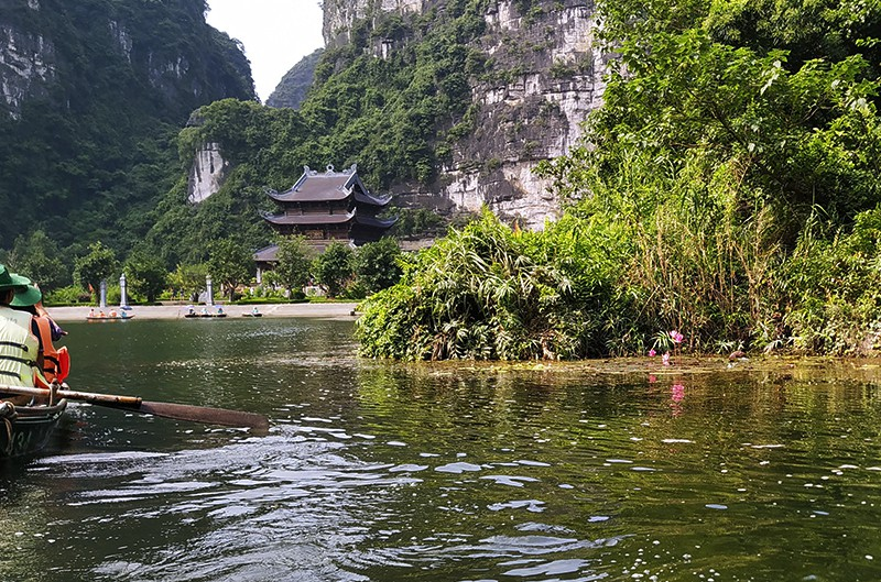 During the boat trip, visitors can visit Saint Cao Son Temple, which worships Vu Lam, a son of legendary national father Lac Long Quan