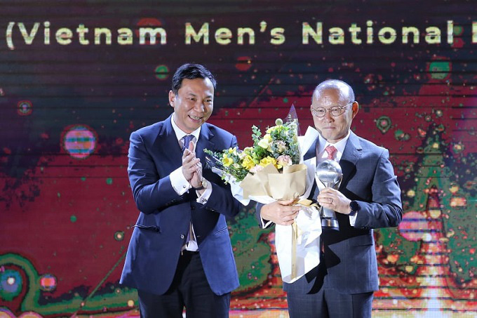 Tran Quoc Tuan, permanent vice president of the VFF and president of the AFCs competition committee, presents the award to Vietnam head coach Park Hang-seo.
