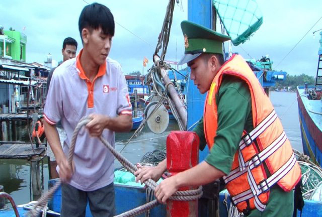 The Quang Ngai Border Guards force helps local fishermen anchor their fishing boats. (Photo: NDO/Hien Cu)