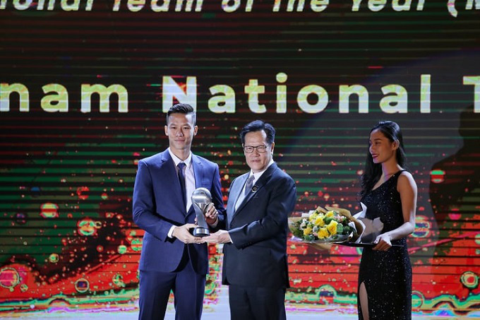 Captain Que Ngoc Hai represents the Vietnamese squad to receive the AFF National Team of the Year (Men) award.