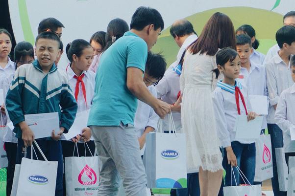 Hành trình Cặp lá yêu thương về với đất học Hưng Yên - Ảnh 2.