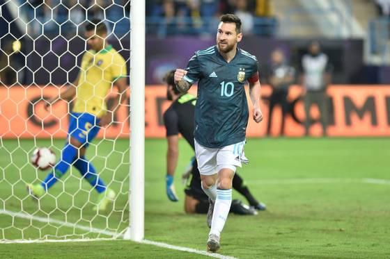 ĐT Brazil 0-1 ĐT Argentina: Messi lập công, ĐT Argentina đoạt cúp siêu kinh điển Nam Mỹ - Ảnh 1.