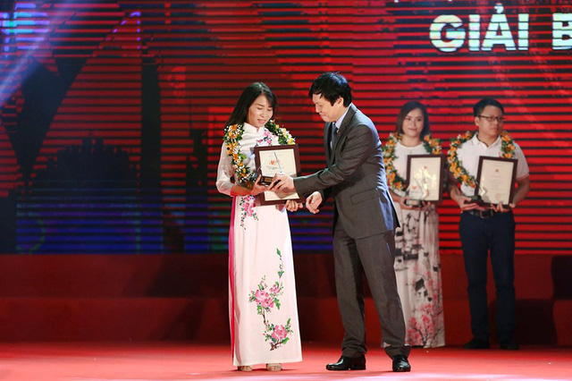 Editor Dinh Thi Thu Huong received the prize