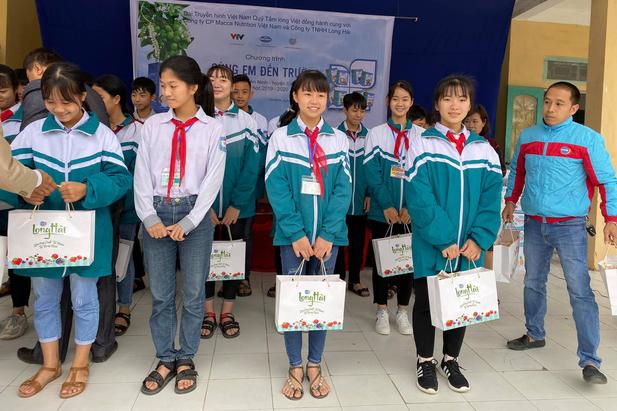 Quỹ Tấm lòng Việt trao quà tri ân ngày nhà giáo Việt Nam - Ảnh 3.