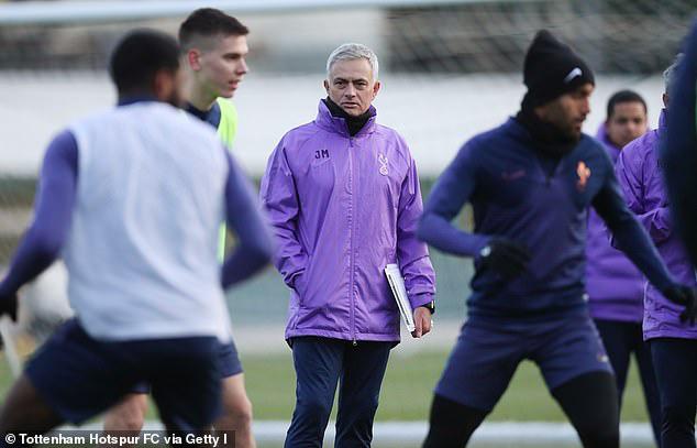 HLV Jose Mourinho ra mắt CLB Tottenham - Ảnh 1.