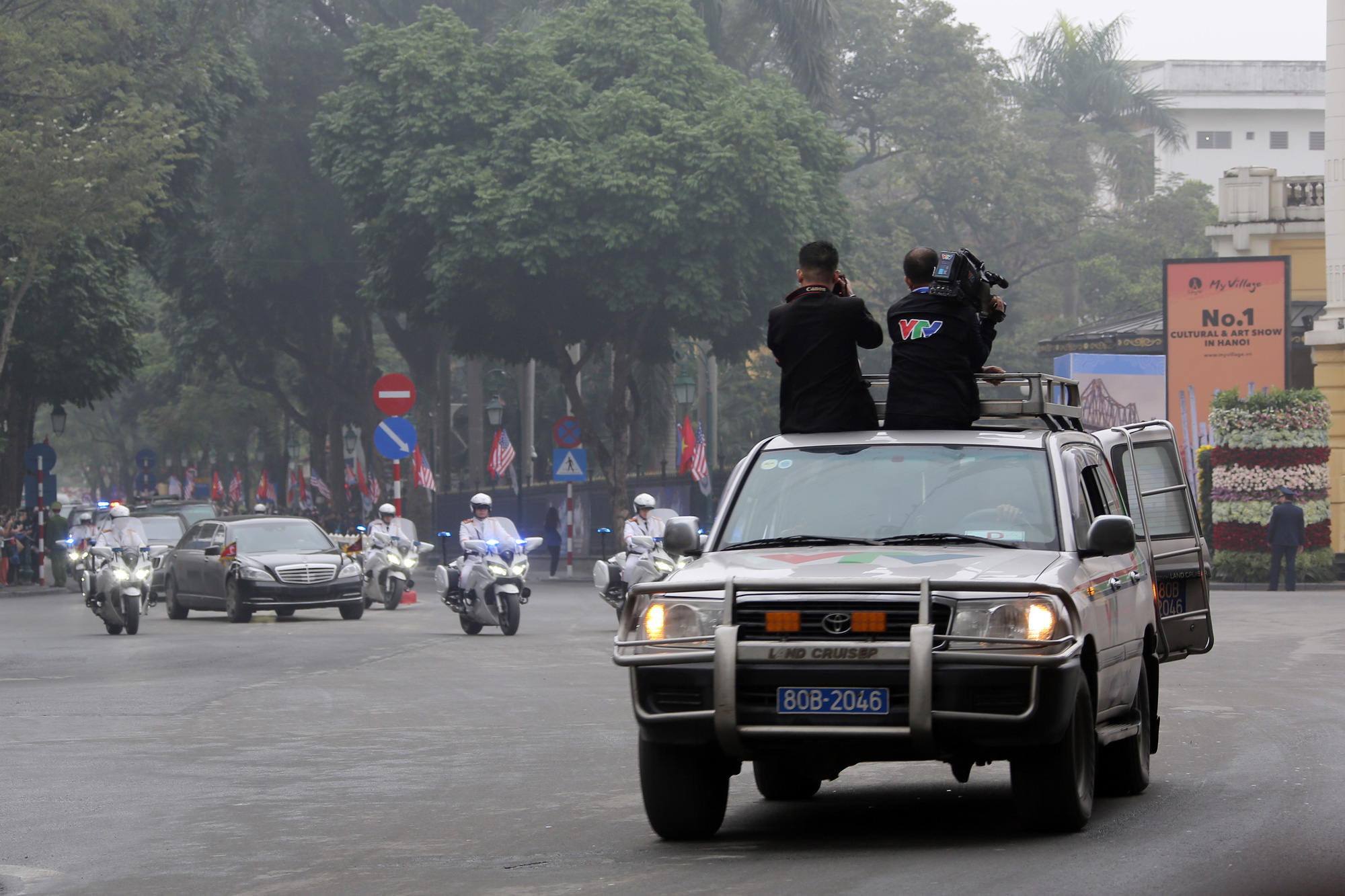 Phong vien Dai THVN theo sat doan xe cho Chu tich Kim Jong Un