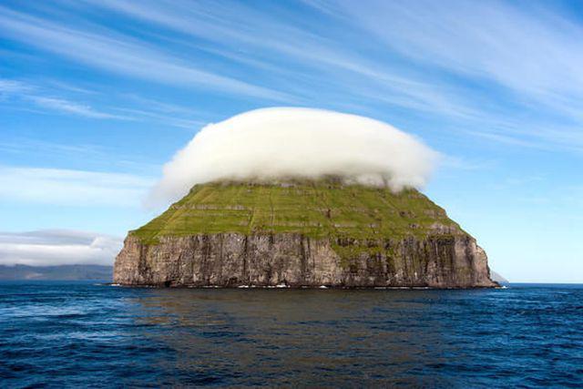"""Kỳ lạ hòn đảo """"đội mây"""" nằm giữa đại dương - Ảnh 2."""