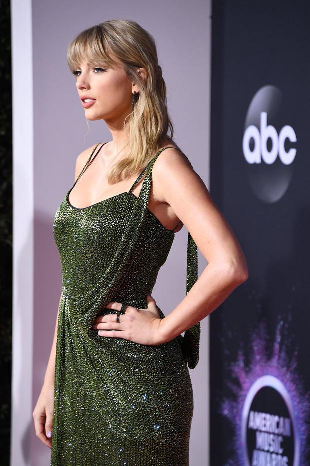 AMAs 2019: Taylor Swift đẹp không tì vết trên thảm đỏ - Ảnh 1.