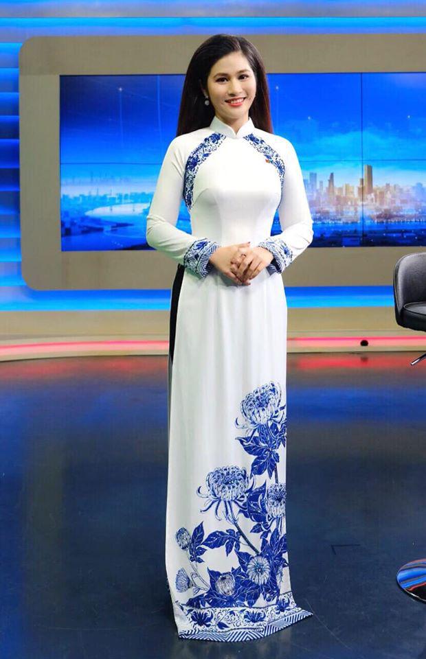 BTV thời sự Minh Trang duyên dáng trong tà áo dài trước giờ lên sóng - Ảnh 8.